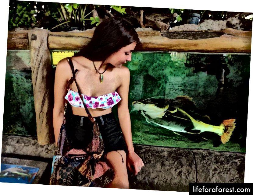 Šestnáct let, zlomená taška Bali na paži a náhrdelník Bob Marley. Stylový.