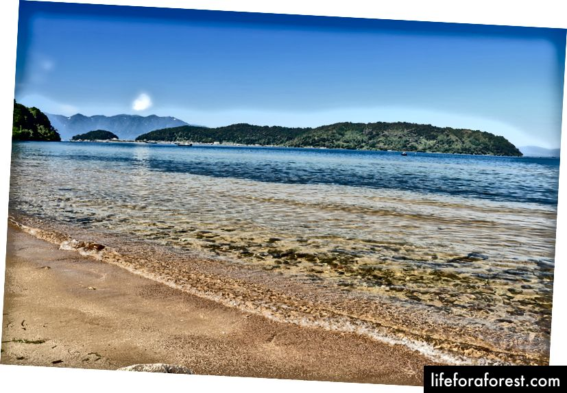 Oki Island, Lake Biwa, Shiga. Zdroj obrázku: Alpsdake přes Wikimedia Commons.
