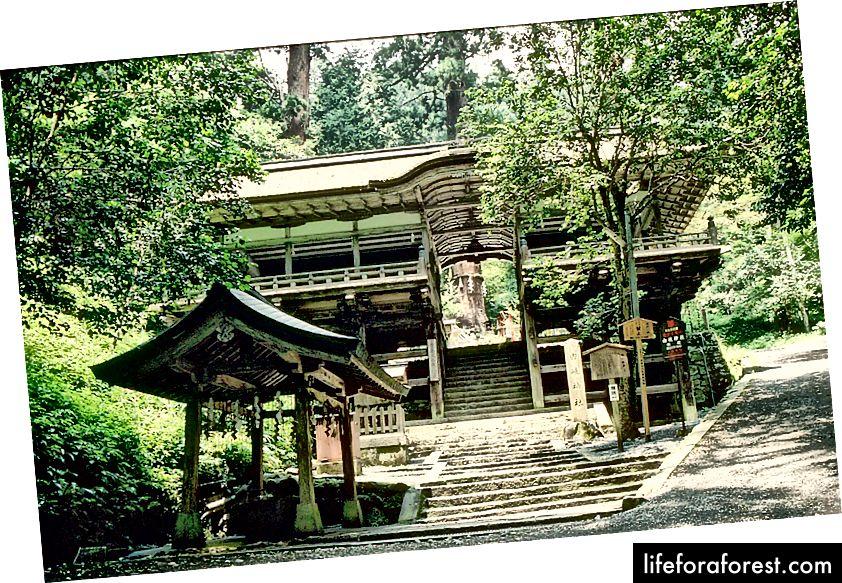Yuki Shrine, Kurama ibodatxonasi, Kyoto. Rasm manbasi: Fg2 Wikimedia Commons orqali.