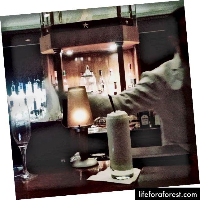 Một ly rượu ginos fizz tại Sazerac Bar