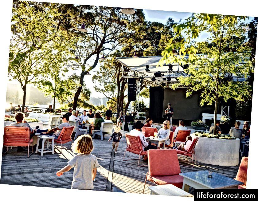 Užívání živé hudby v The Newport (zdroj: Merivale)