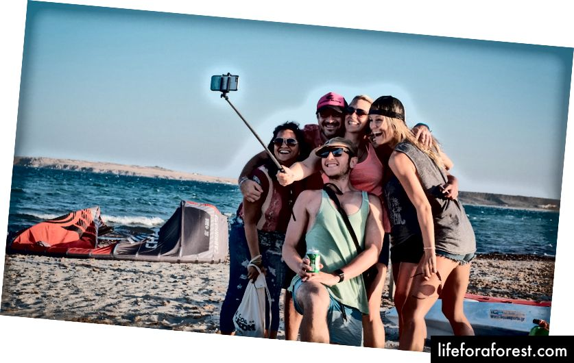 Нові друзі + selfie stick - червень 2016. [Фотографія: Ерік Ван Ден Брук]