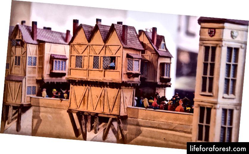 Modell av den gamle London Bridge av David T. Aggett, vender mot inngangen til St. Magnus-the-Martyr.