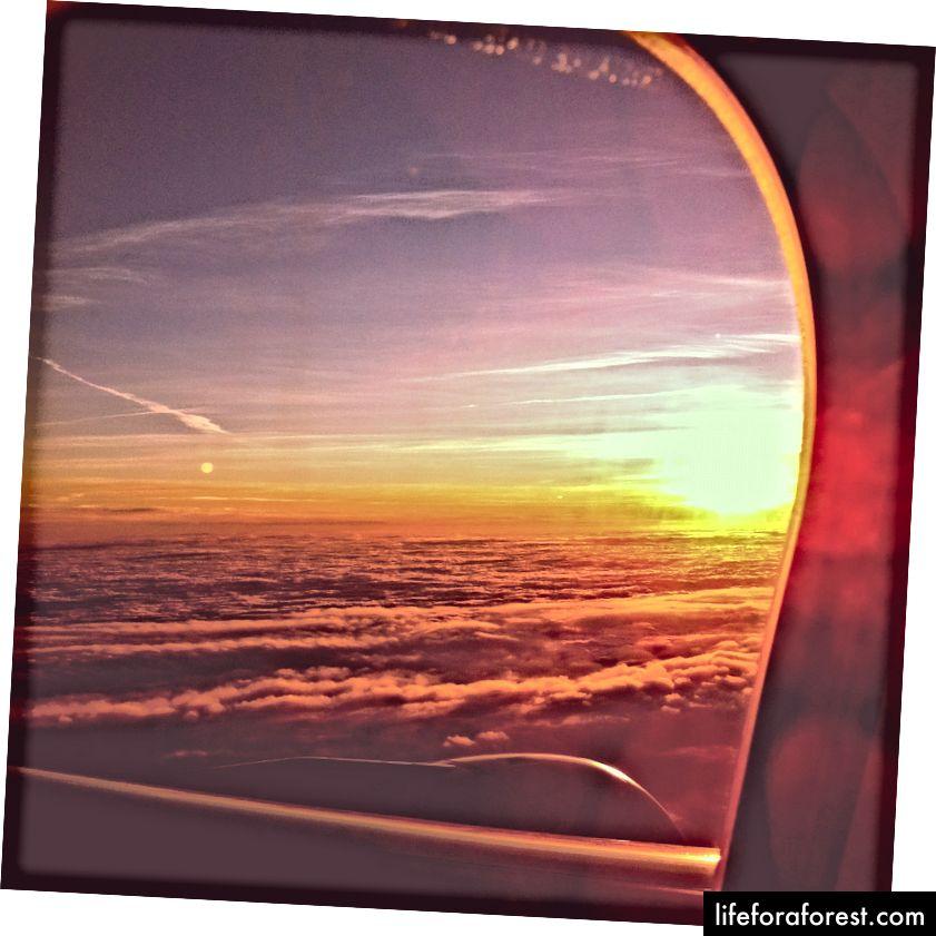 Krásný východ slunce na letu z Londýna do Bostonu.