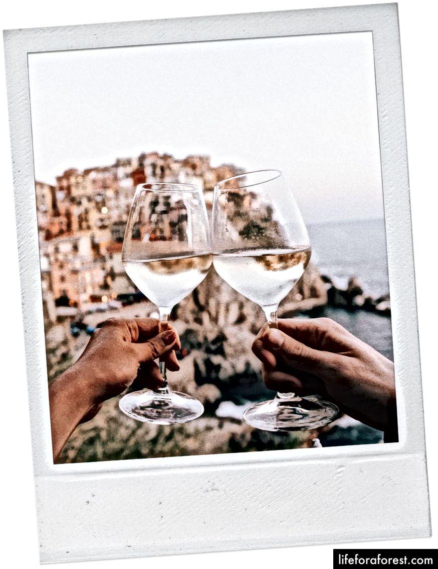 Ăn tối và đồ uống tại Nessun Dorma Cinque Terre nhìn ra Manarola.