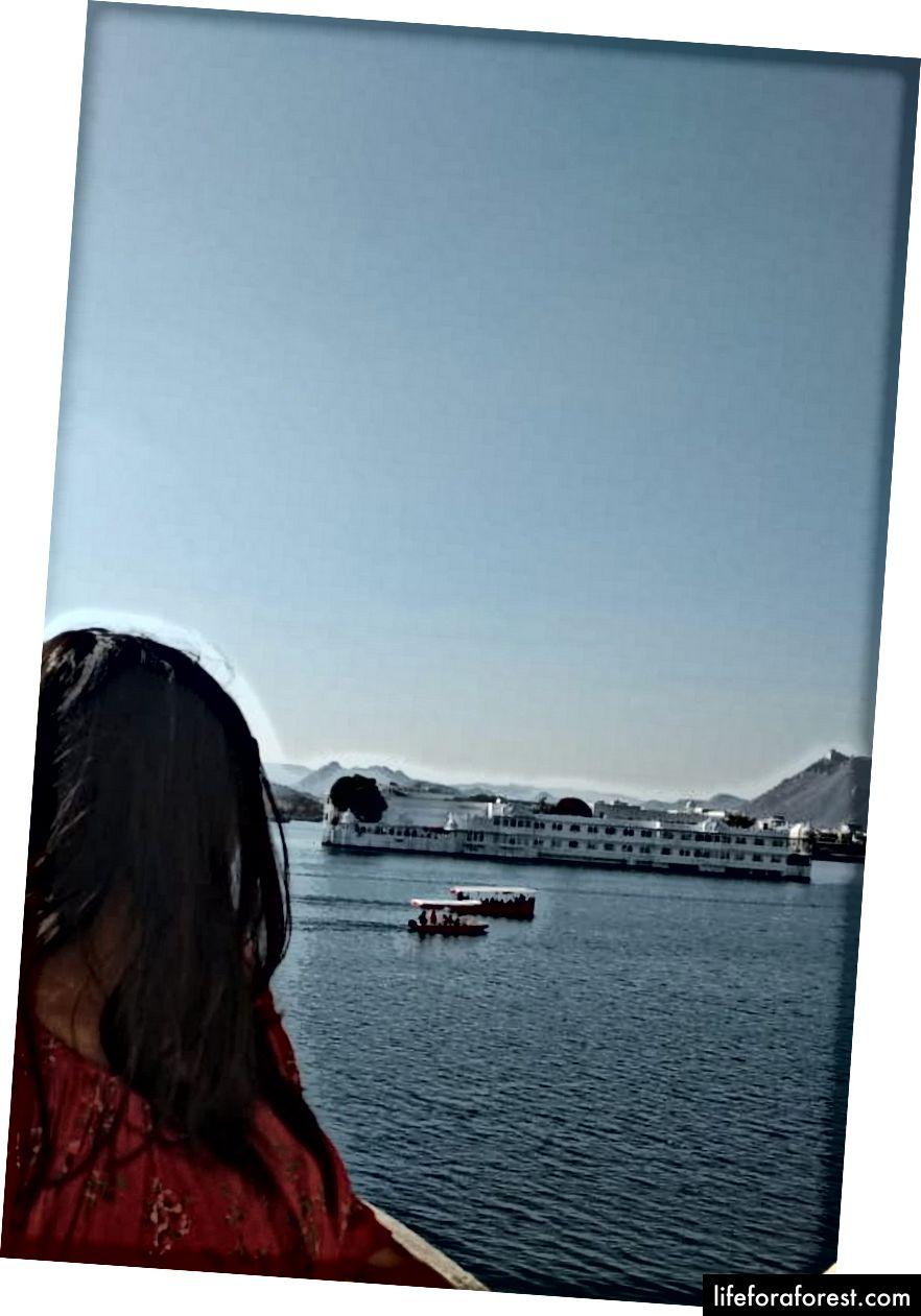 มุมมองของทะเลสาบ Pichola จากพระราชวังเมือง