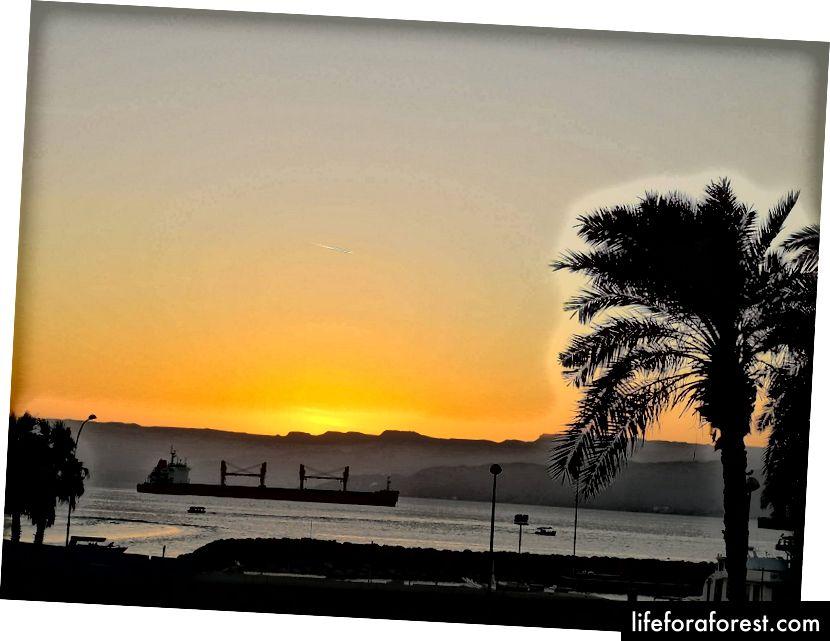 Solnedgang i Akaba havn. Foto av Alis Monte [CC BY-SA 4.0], via Connecting the Dots