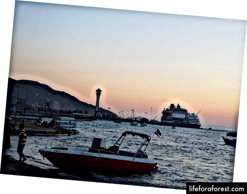 Solnedgang i Port Aqaba. Foto av Alis Monte [CC BY-SA 4.0], via Connecting the Dots
