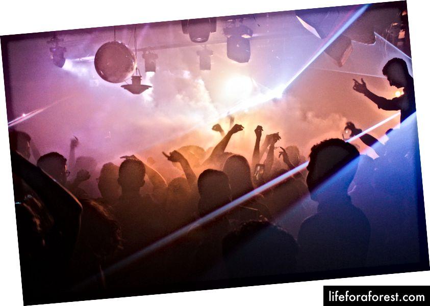 Klub nocny. Zdjęcie: Sarthak Navjivan na Unsplash