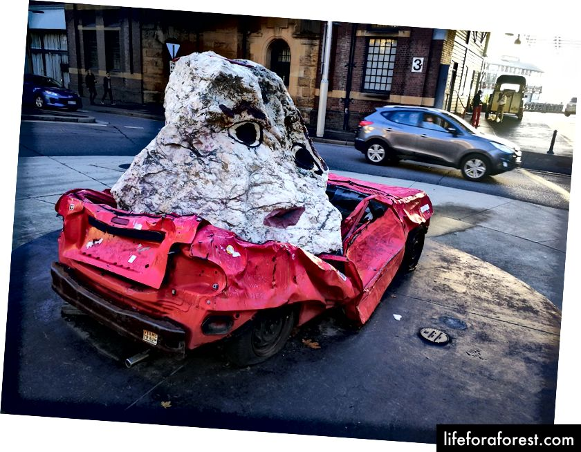 """Still Life With Stone And Car"" av Jimmie Durham. Bilde: Chris Kelly"