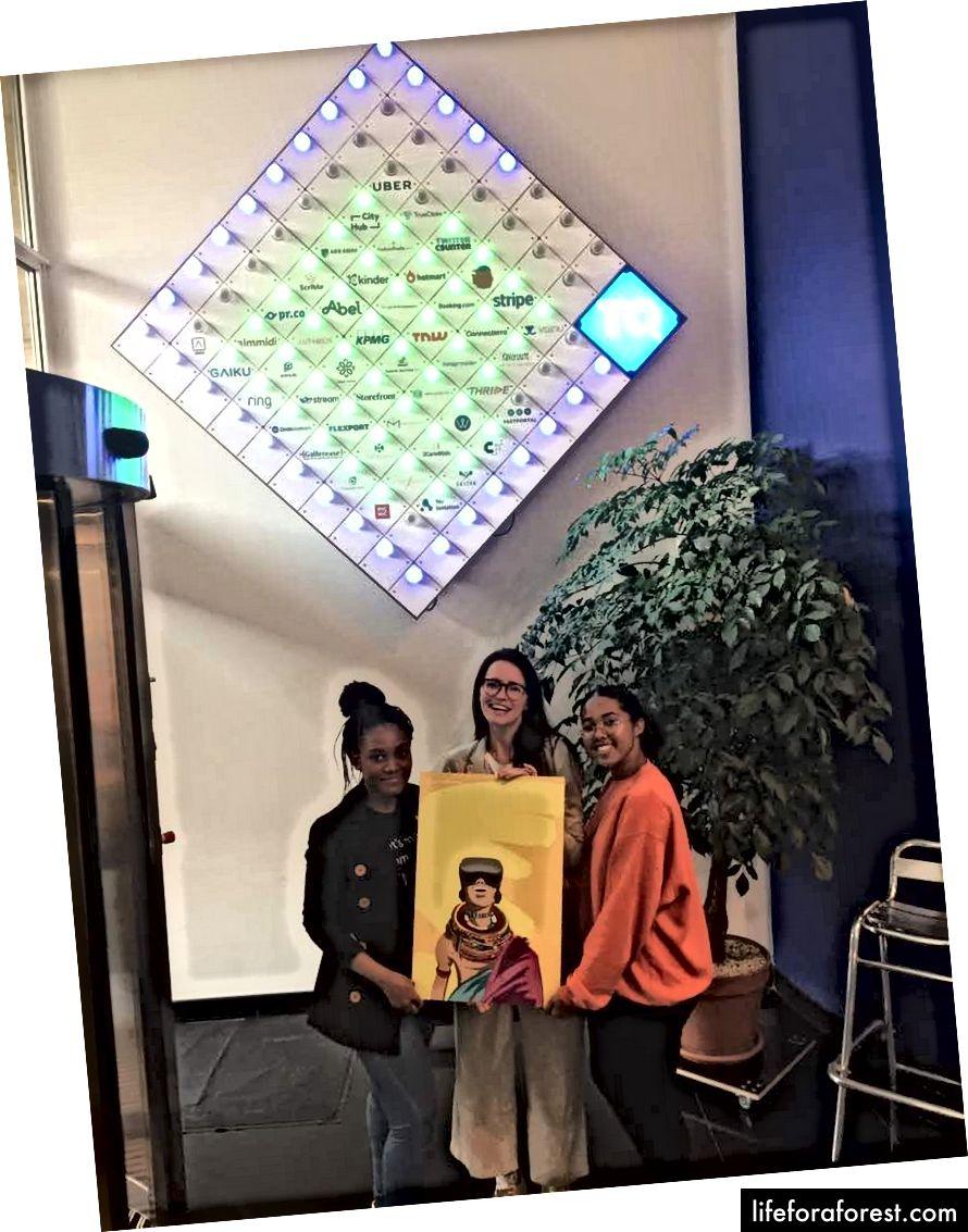 Một món quà từ CC-HUB (trái sang phải): Onyinye, Sophie và tôi tại Trụ sở TQ