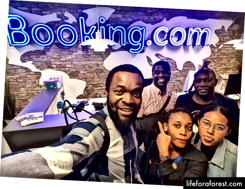 Chieky selfie (từ trái sang phải phía sau): Gbenga và Wilson - Người sáng lập ClinicMaster. (Trái sang phải trước): Bosun Tijani - CEO của CC-HUB, Onyinye và tôi