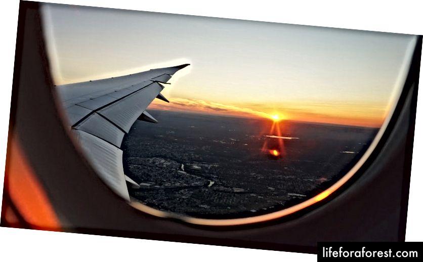Window Sunset oleh EvaDarron di Unsplash