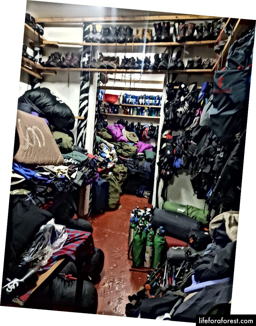 Cửa hàng cho thuê mà chúng tôi ghé thăm có một loạt các thiết bị leo núi, tôi đã đề nghị chỉ đóng gói những gì bạn thực sự cần, phần còn lại có thể được thuê khá hợp lý.