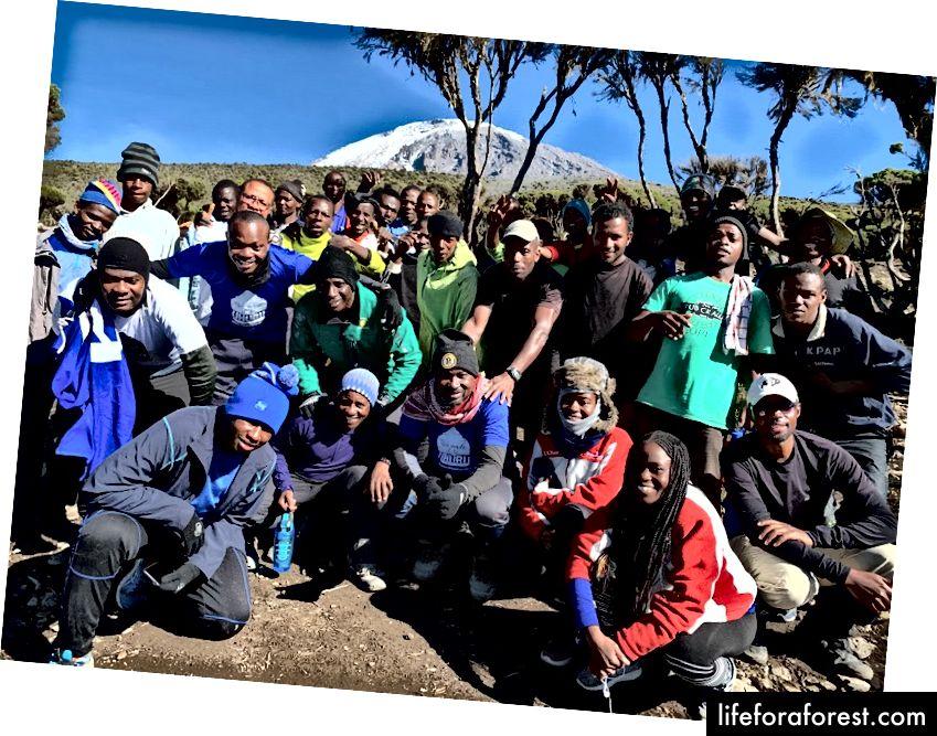 Đội ngũ 8 người của chúng tôi và toàn bộ đội ngũ hướng dẫn viên và khuân vác đã hỗ trợ trong suốt chuyến đi. Ảnh Tín dụng: Omobolaji Badmus