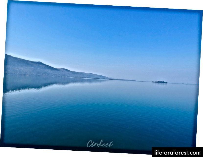 O reservatório da represa de Hirakud se estende por 55 km, abrangendo 3 distritos de Odisha