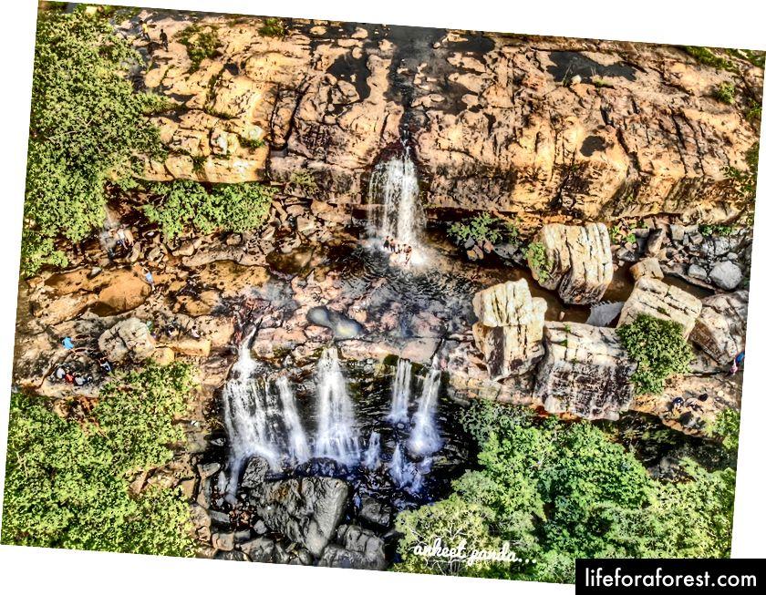 Esta é a cachoeira relativamente conhecida entre as 3 que eu poderia explorar. Ainda pacífico para os padrões indianos :)