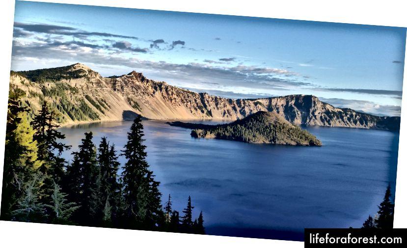 Juste après le lever du soleil sur le lac de cratère
