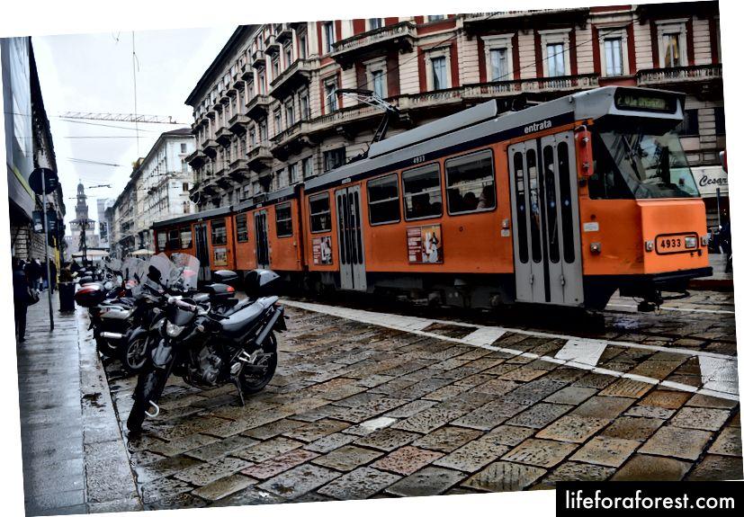 Lai arī ir pieejami taksometri, metro, tramvaji un autobusi, labākais veids, kā apskatīt pilsētu, ir pārvadāt sevi ar kājām