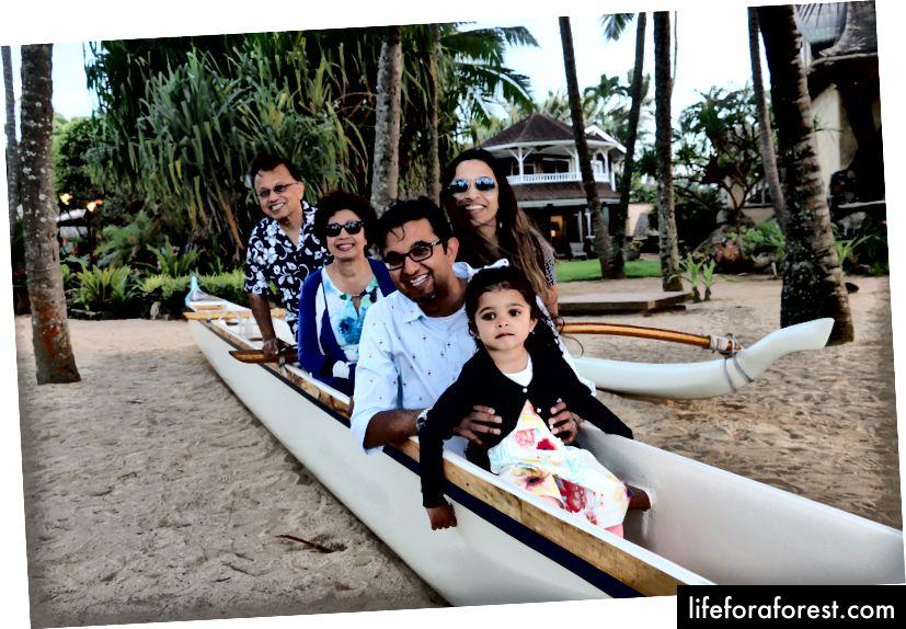 Poserer i kanoen som Moana.