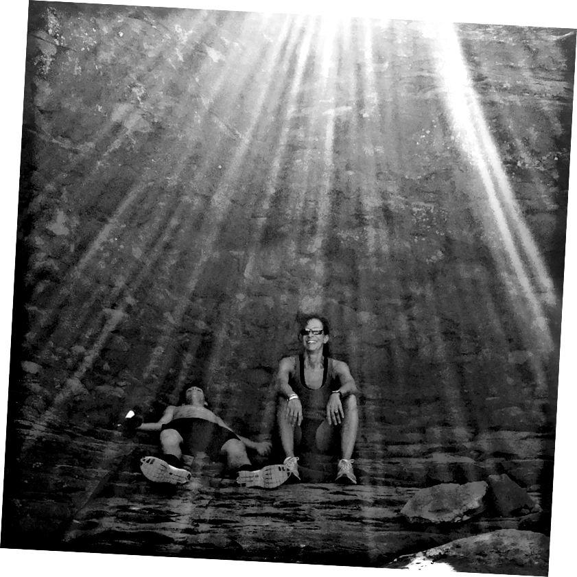 எனது கூகிள் புகைப்பட காப்பகங்களைத் தோண்டி எடுப்பதில், நான் இதைக் கடந்து ஓடினேன். அரிசோனாவின் செடோனாவுக்கு வெளியே ஒரு பாதையில் என் மனைவியும் மகனும் ஒரு மூச்சுத்திணறல் எடுத்த தருணத்தை நான் கைப்பற்றவில்லை என்றால், அந்த அனுபவத்தின் பகுதியை நான் முற்றிலும் மறந்திருப்பேன்.