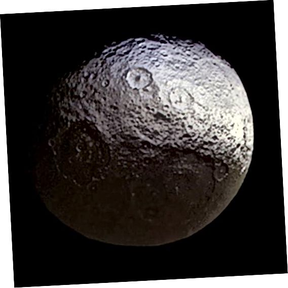 Iapetus, la luna bicolore di Saturno, vista da Cassini nel 2015. Le due metà della luna sono chiaramente visibili. Credito d'immagine: NASA / JPL-Caltech / Space Science Institute.