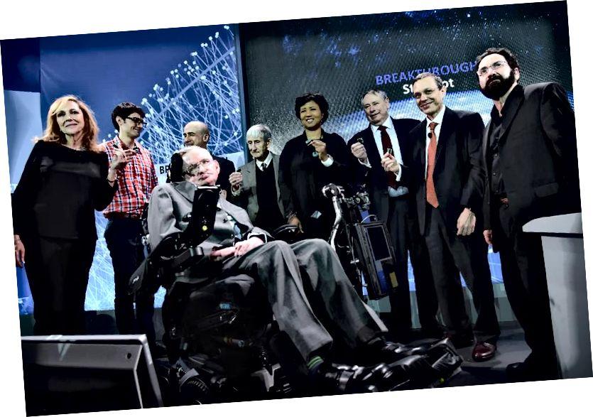 Due anni fa, Hawking faceva parte del team di molti luminari della scienza, della comunicazione scientifica, dei voli spaziali e dell'industria che si riunirono per annunciare la nuova iniziativa di esplorazione spaziale del