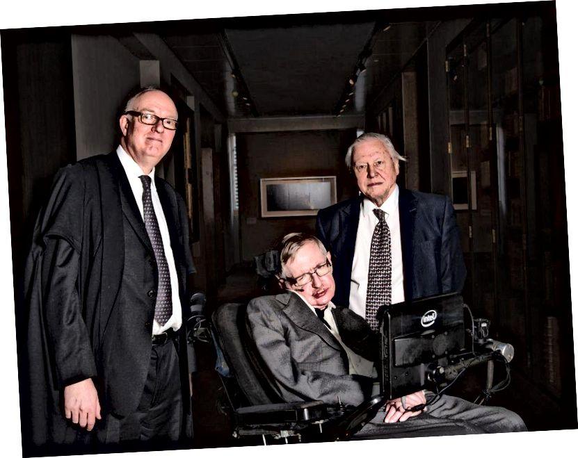 Stephen Hawking, all'età di 73 anni (nel 2015), con Richard Ovenden e Sir David Attenborough, all'inaugurazione della Weston Library a Oxford.