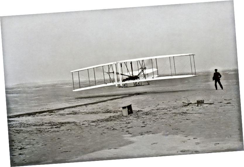 Prvi uspješan let letača Wright. Izvor: https://en.wikipedia.org/wiki/File:Wrightflyer.jpg#file