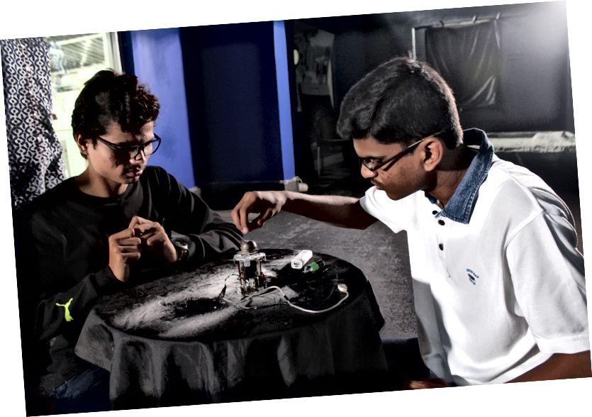 Aniket і Saumil працуюць над сваім эксперыментам