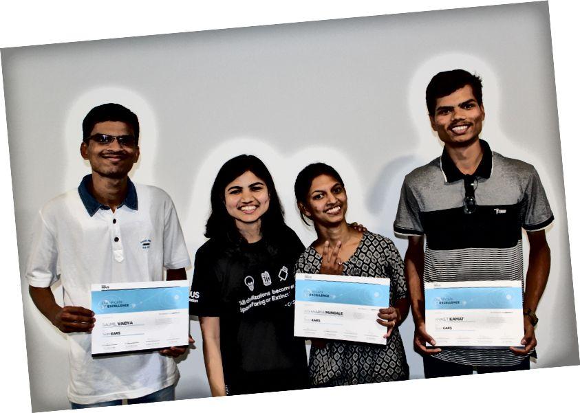 (Злева) Saumil, настаўнік каманды Deepana Gandhi, Aishwarya і Aniket