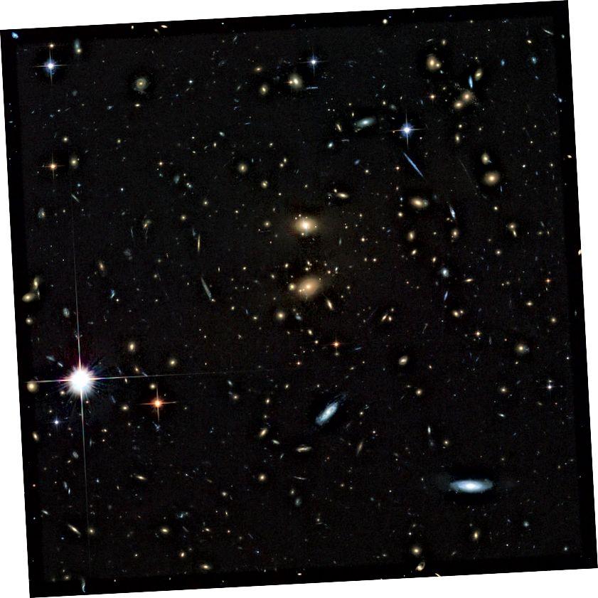 Galaxienhaufen LCDCS-0829, wie vom Hubble-Weltraumteleskop beobachtet. Dieser Galaxienhaufen rast von uns weg und wird in nur wenigen Milliarden Jahren selbst mit Lichtgeschwindigkeit unerreichbar. Bildnachweis: ESA / Hubble & NASA.