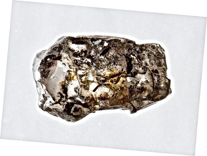 Un diamant que conté ringwoodite. Els científics estimen que el ringwoodite i la wadsleyite constitueixen al voltant del 60% de la zona de transició i el 40% restant són altres compostos i minerals.
