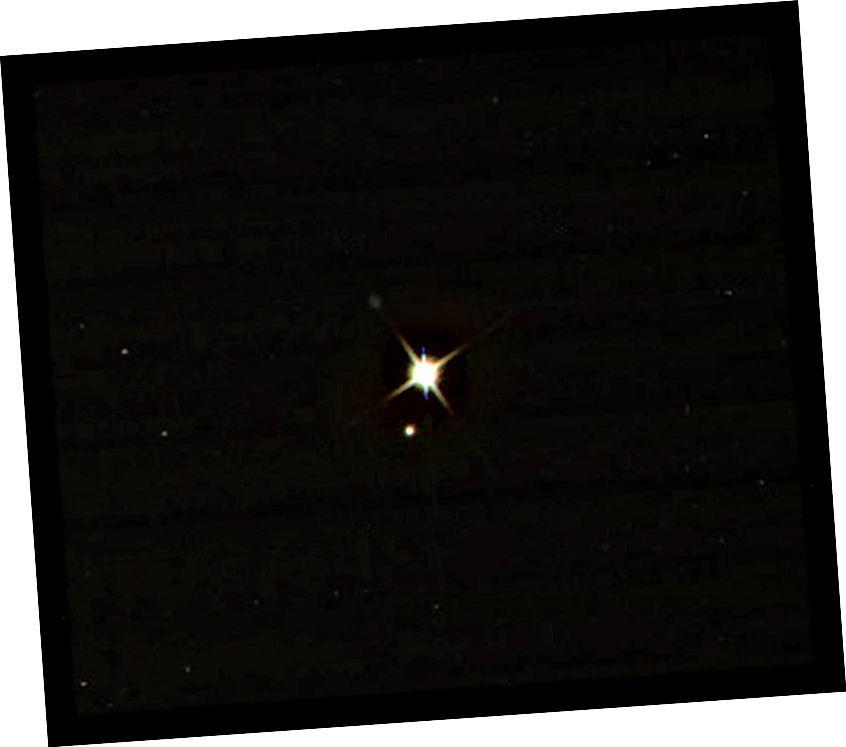 An Domhan agus an Ghealach mar a bhreathnaítear air ó Cassini, ag fithisiú Satarn, an 19 Iúil, 2013. Taispeánann an íomhá seo an Domhan timpeall 67 nóiméad níos óige ná mar a bhí taithí againn air i láthair na huaire a tógadh an grianghraf. Creidmheas íomhá: NASA / Cassini / JPL-Caltech.
