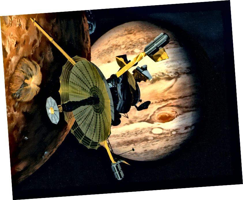 Umjetnikov dojam da je NASA-in svemirski brod Galileo letio pokraj Jupiterovog vulkanski aktivnog mjeseca Io. Izvor: NASA. Napomena: U ovom dojmu, pojačana antena je prikazana u potpunosti, ali nije bila tijekom misije.
