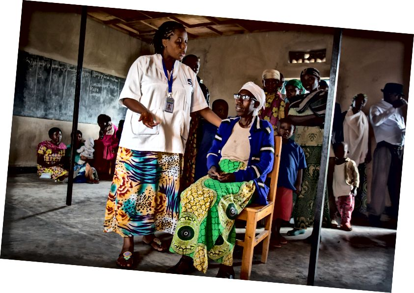 За пять лет в Руанде было проведено 2,4 миллиона обследований глаз, и было предоставлено более 1,2 миллиона основных видов лечения. Кредит изображения: ясно