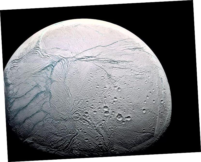 Léiríonn dromchla an-fhrithchaiteach ghealach oighreata Satarn, Enceladus, láithreacht agus raidhse oighir dromchla úr comhsheasmhach, cosúil le haon ghealach eile sa Ghrianchóras. Creidmheas íomhá: Misean NASA / Cassini-Huygens / Fochóras Eolaíochta Íomháithe.