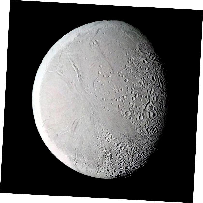 Ba é seo an radharc is fearr a bhí ag misean Voyager ar Enceladus, a ghabh Voyager 2 an 26 Lúnasa, 1981 ó achar thart ar 109,000 ciliméadar. Léirigh na híomhánna Voyager go raibh dromchla teicteonaithe ag Enceladus a bhí, in áiteanna, glanta le cráitéir. Creidmheas íomhá: NASA / JPL / Ted Stryk.