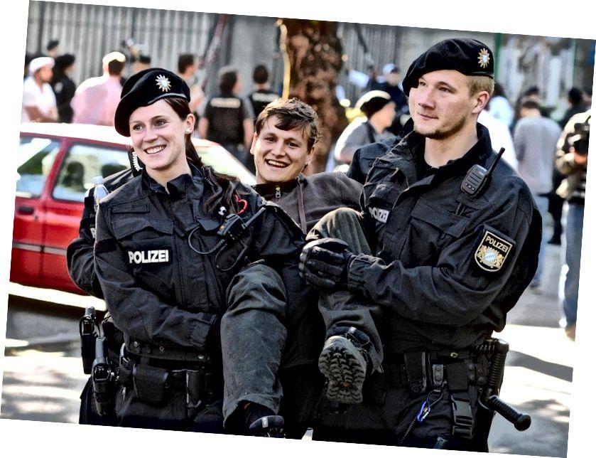 Действительно, действительно, действительно хорошо выглядящая полиция (и протестующие). Изображение предоставлено Reddit