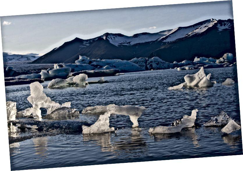Jökulsárlón, לגונה קרחונית גדולה בדרום מזרח איסלנד. זה התפתח ללגונה לאחר שהקרחון התחיל להיסגר מקצה האוקיאנוס האטלנטי. האגם גדל בגלל התכה של הקרחונים האיסלנדים. צילום: האו