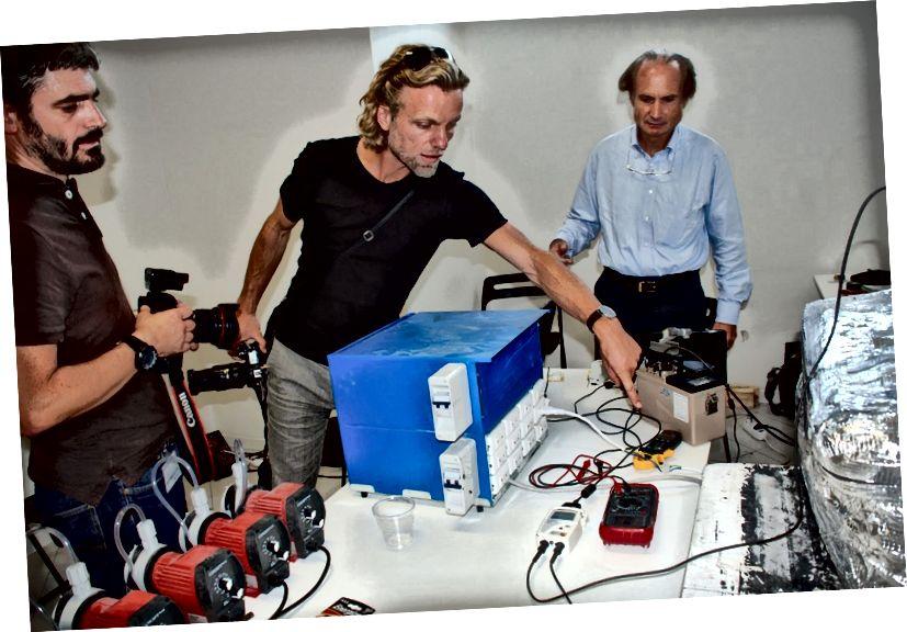 """Andrea Rossi (Hintergrund) und seine Teammitglieder arbeiten an einer """"kontrollierten Demonstration"""" der E-Cat. Bildnachweis: Ovidiu Sandru."""