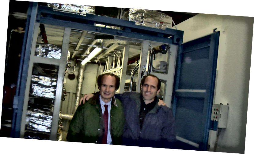 Andrea Rossi und Sterling Allan während einer Demonstration der E-Cat im Jahr 2011. Bildnachweis: Sterling D. Allan mit Hank Mills von Pure Energy Systems News. Über http://pesn.com/2011/10/28/9501940_1_MW_E-Cat_Test_Successful/.