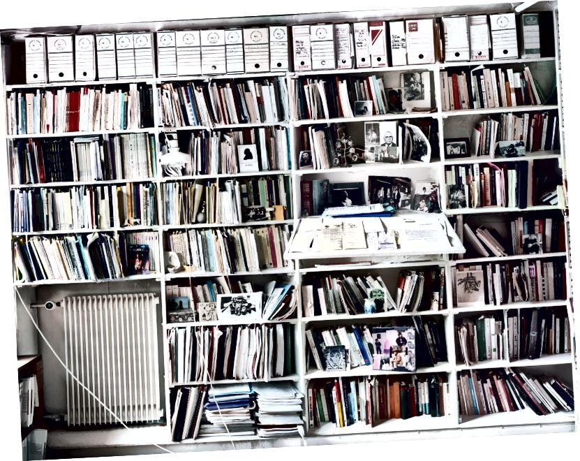 Radharc ar chuid de leabharlann Jacques Derrida ina theach cónaithe i Ris Orangis. Grianghraf: Andrew Bush, 2001, trí Leabharlann Ollscoil Princeton