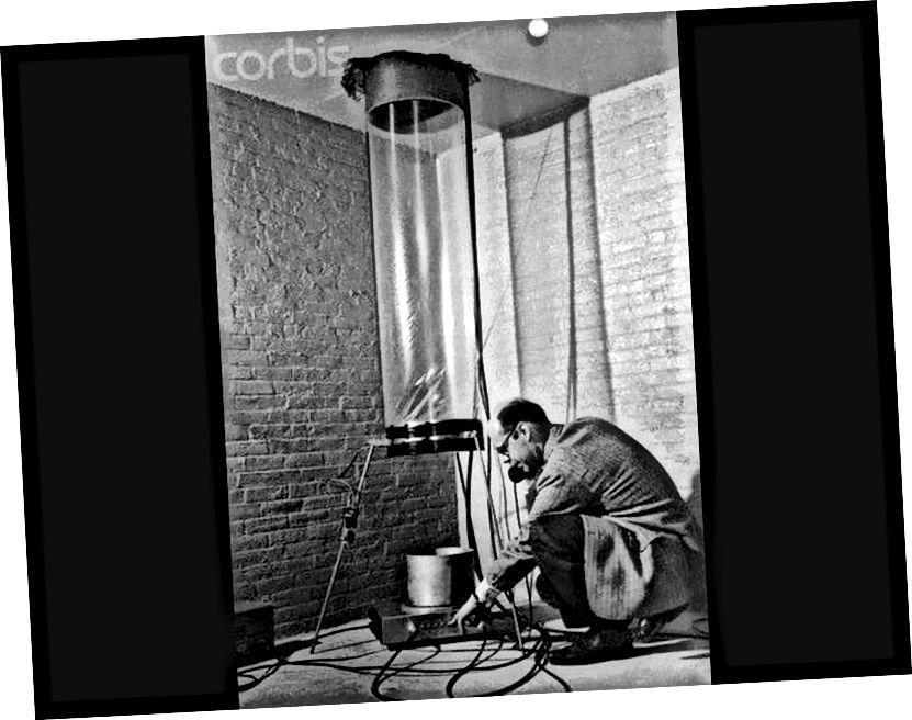 Der Physiker Glen Rebka am unteren Ende der Jefferson Towers an der Harvard University rief Professor Pound während des Aufbaus des berühmten Pound-Rebka-Experiments am Telefon an. (CORBIS MEDIA / HARVARD UNIVERSITY)