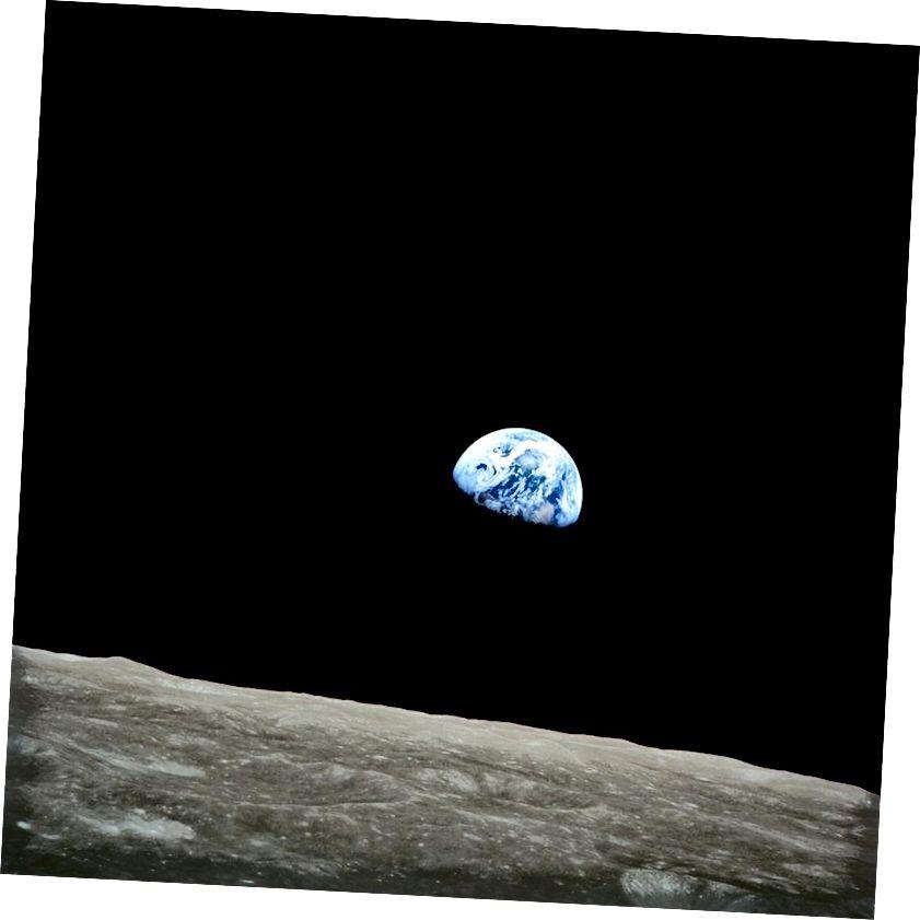 Первый вид человеческими глазами Земли, поднимающейся над лимбом Луны. Это был, пожалуй, величайший момент в сфере образования / общественной поддержки НАСА до первой посадки на Луну. Изображение предоставлено NASA / Apollo 8.