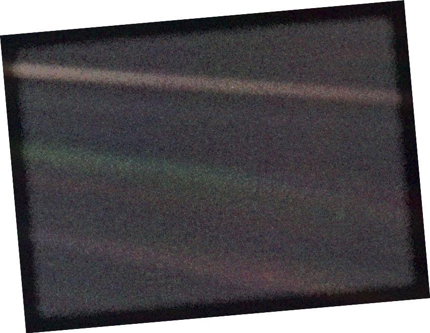 Это узкоугольное цветное изображение Земли, получившее название «Бледно-голубая точка», является частью первого в истории «портрета» Солнечной системы, снятого Voyager 1. Космический аппарат получил в общей сложности 60 кадров для мозаики Солнца. Система с расстояния более 4 миллиардов миль от Земли и около 32 градусов над эклиптикой. С большого расстояния Вояджера Земля - это просто точка света, меньшая, чем размер элемента изображения, даже в узкоугольной камере. Земля была полумесяцем размером всего 0,12 пикселя. Изображение предоставлено NASA / JPL / Caltech.