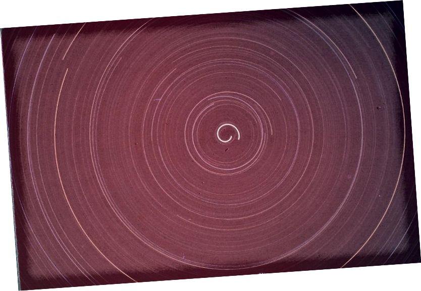 Նախկինում Երկրից ոչ ոք չի լուսանկարել 360 աստիճանի աստղանի հետագծի լուսանկար: Այս լուսանկարը, փաստորեն, 12-ժամյա ազդեցություն էր, մոնտաժի վրա, որը նախատեսված էր պտտվել 15 աստիճանի մեկ ժամվա ընթացքում, գրեթե 360 աստիճանի էֆեկտ ստեղծելու համար: Պատկերային վարկ. Earl Moser ՝ http://www.astro-tom.com/ կայքի միջոցով: