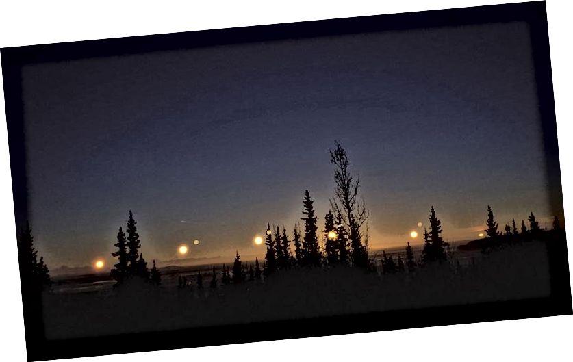 Trong ngày đông chí, bạn ở phía bắc càng xa, Mặt trời càng thấp xuất hiện vào mọi thời điểm, kể cả ở nơi cao nhất, phía trên đường chân trời. Từ Fairbanks, AK, như được hiển thị ở đây, nó không bao giờ vượt quá vài độ so với đường chân trời. Tín dụng hình ảnh: Ken Băng.