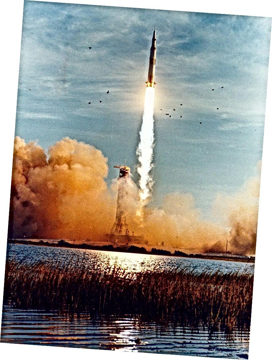 Vào ngày đông chí, năm 1968, phi hành đoàn Apollo 8 đã được hạ thủy, đưa những người đầu tiên lên quỹ đạo quanh Mặt trăng. Tín dụng hình ảnh: Thư viện ảnh Apollo của NASA / Hình ảnh NASA S68 Hay56050.