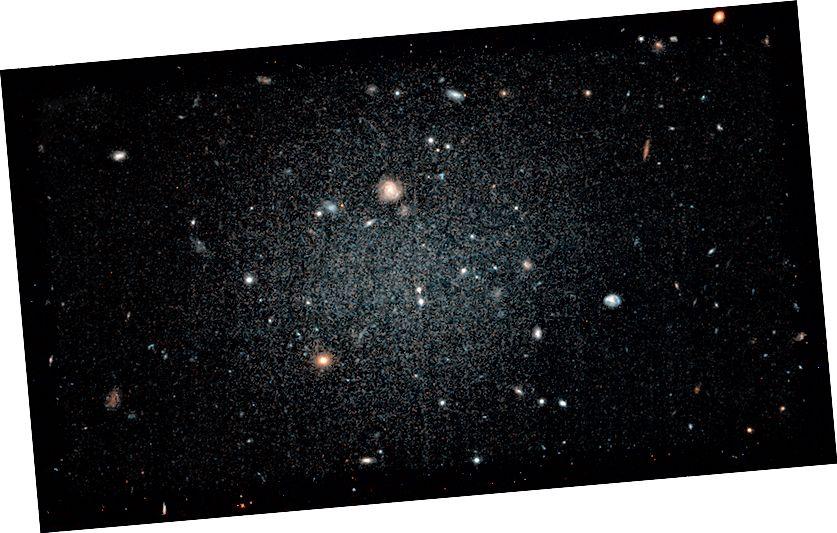 Foto galaksi DF2 (NASA, ESA, dan P. van Dokkum [Universitas Yale])